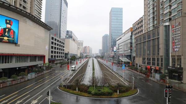 Đường phố Vũ Hán vắng vẻ sau khi chính quyền tuyên bố cấm các phương tiện giao thông không thiết yếu lưu thông trong khu vực trung tâm, ngày mùng 2 Tết Nguyên đán Trung Quốc.
