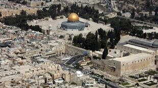 خبرگزاری فرانسه می نویسد که طرح صلح ترامپ برای خاورمیانه از جمله پیش بینی می کند که شهر بیت المقدس پایتخت غیر قابل تقسیم اسرائیل است، این در حالی است که فلسطینی ها بخش شرقی این شهر را پایتخت کشور آینده فلسطین می دانند.