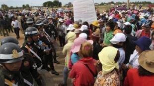Công nhân một công ty may ở Kandal biểu tình trước Bộ Lao động Cam Bốt ngày 05/07/2012 để đòi tăng lương.