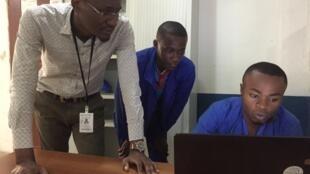Dans une PME dans l'informatique congolaise, à Pointe-Noire, le fondateur Deschagrins Ebeh et ses deux stagiaires.