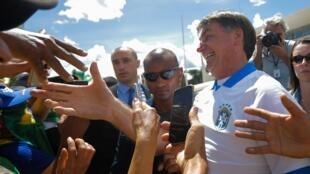Imagens de Jair Bolsonaro durante aparição pública em plena pandemia de coronavírus provocou espanto fora do país.