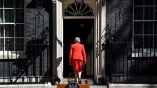 La Primera Ministra británica, Theresa May, entra en su residencia luego de haber anunciado su dimisión. Londres, 24 de mayo de 2019.