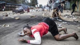 Mujer llorando en los enfretamientos tras el anuncio de los resultados electorales. Mathare, Nairobi, 11 de agosto de 2017.