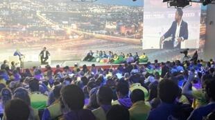 Ndaba Mandela, le petit-fils de Nelson, partage son expérience avec plusieurs centaines de jeunes, notamment russes.