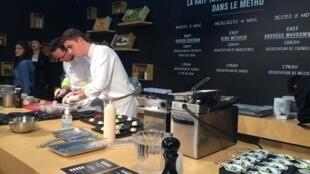 Chef Patrick Bertron (e.), 3 estrelas no guia gastronômico Michelin, participa de evento no metrô de Paris.