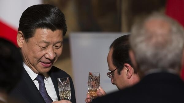 Cheers! Xi Jinping (L) and François Hollande at the state dinner