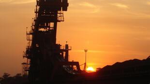 Recuperadora e empilhadeira de minério no Porto de Tubarão