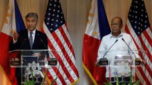 Philippines - Ảnh minh họa : Đại sứ Mỹ Sung Kim (T) và bộ trưởng Quốc Phòng Delfin Lorenzana họp báo tại căn cứ Aguinaldo, Quezon City, ngày 26/09/2017.
