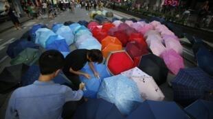 Os estudantes voltaram a ocupar as ruas de Hong Kong na noite de sexta-feira (10).