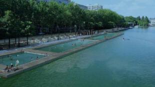 Projeto das piscinas naturais no cais de la Loire, na margem direita da Bacia de la Villette, próxima à ponte Mosel, em Paris.