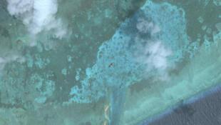 Ảnh vệ tinh ngày 18/03/2018 cho thấy rõ con kênh được nạo vét cắt ngang vỉa san hô của Đá Lát (Trường Sa), Biển Đông.