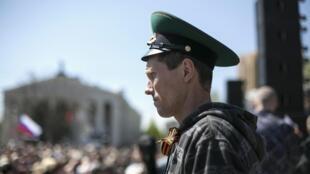 សកម្មជនគាំទ្ររុស្ស៊ី នៅ Donetsk នៅភាគខាងកើតអ៊ុយក្រែនថ្ងៃទី ២៧ មេសា ២០១៤