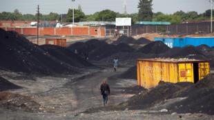 Un homme marche à travers une concession minière de la Gécamines, à Lubumbashi.