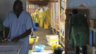 Funcionários da ong Médicos sem Fronteiras trabalham em centro de isolamento em Monróvia, capital da Libéria, o país mais atingido pela epidemia de Ebola.