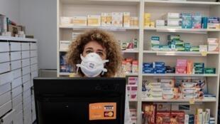 Une pharmacienne dans une officine à San Fiorano, l'une des villes fermées à cause de épidémie de coronavirus en Italie, le 25 février 2020.