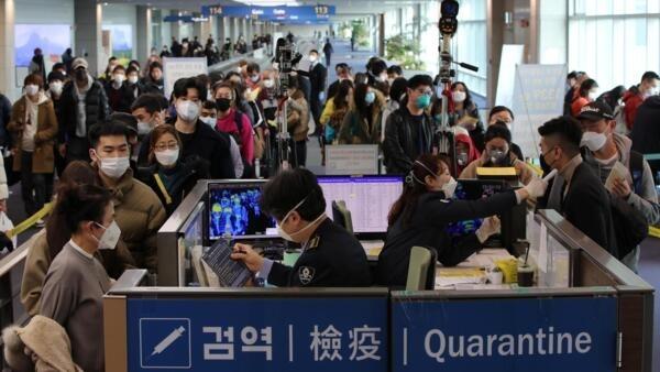 Du khách từ Trung Quốc tới làm thủ tục nhập cảnh tại sân bay Incheon, Hàn Quốc, ngày 29/01/2020
