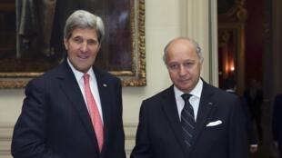 Laurent Fabius (à direita) e John Kerry no dia 22 de outubro de 2013, em Paris.