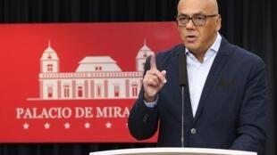 Bộ trưởng Truyền thông Venezuela, Jorge Rodriguez, tại điện Miraflores, Caracas, thông báo chặn đứng một âm mưu đảo chính.