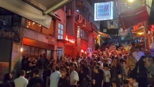 2020年4月3日,香港今晚要求酒吧关闭14天,兰桂坊人头涌涌的情况将暂时消失(资料图片)