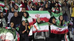 Des femmes iraniennes assistant au match amical de football Iran-Bolivie au stade Azadi de Téhéran, le 16 octobre 2018.