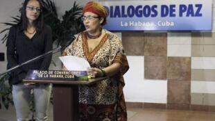 Victoria Sandino, miembro de las FARC, se dirige a los medios en La Habana, al lado de la holandesa Tanja Nijmeijer, el 4 de febrero de 2014.