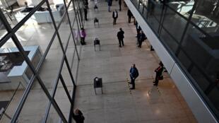 Los parlamentarios alemanes mantienen una distancia social antes de votar durante una sesión en el Bundestag, la cámara baja del parlamento alemán, en Berlín el 25 de marzo de 2020.