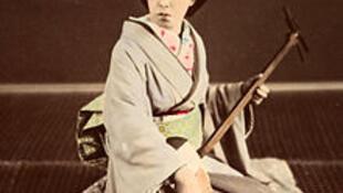 Một geisha Nhật Bản chơi đàn shamisen (đàn ba dây), vào khoảng năm 1870.