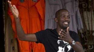 Mandla Maseko, le 9 janvier 2014, lors d'une interview. Accrochées derrière lui, deux combinaisons spatiales de la NASA.