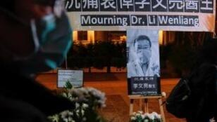 香港為殉職的武漢眼科醫生李文亮舉行守夜儀式2020年2月7日