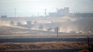 Binh sĩ Nga và Thổ Nhĩ Kỳ cùng tuần tra chung ở đông bắc Syria, sát biên giới với Thổ Nhĩ Kỳ ngày 01/11/2019.