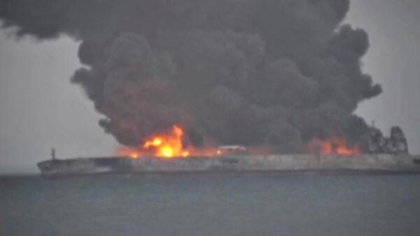 O petroleiro Sanchi, com 136 mil toneladas de combustível a bordo, pegou fogo no sábado (6) à noite depois de colidir com um navio de carga chinês.