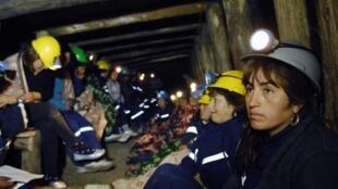 Le groupe des 33 chômeuses, en grève de la faim, au fond de la mine « El Chiflon del Diablo », le 17 novembre 2010.