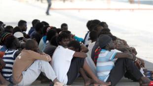 Une centaine de migrants secourue par le navire de sauvetage Eleonore, de l'ONG allemande Lifeline, dans le port italien de Pozzallo, malgré l'interdiction des autorités italiennes, Italie le 2 septembre 2019.