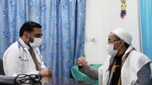 Dans un hôpital de Sanaa, un médecin écoute les inquiétudes d'un patient à propos du Covid-19, le 17 mars 2020. Le premier cas de coronavirus au Yémen a été annoncé le 10 avril.