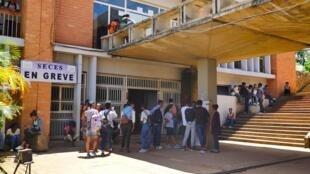 Jeudi 16 janvier 2020, devant le bâtiment de la Faculté de Lettres de l'Université d'Ankatso, l'une des facultés où le mouvement de grève est le plus suivi.