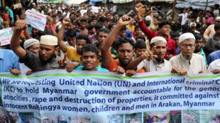 Người tị nạn Rohingya tại trại Kutupalong biểu tình phản đối chính quyền Miến Điện nhân 1 năm bị đàn áp phải bỏ chạy khỏi Miến Điện, này 25/08/2018.