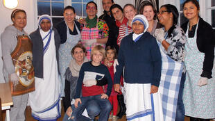 Equipe de voluntários e freiras que atende a população carente em um convento na Dinamarca.