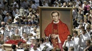 Lễ rước thánh tích của Chân phước Jerzy Popieluszko trên đường phố thủ đô Vacxava ngày 6/6/2010.