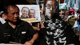 Các nhà hoạt động dân chủ Hồng Kông biểu tình đòi trả tự do cho Lưu Hiểu Ba ngày 01/07/2017.