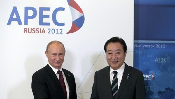 Le président russe Vladimir Poutine (g) et le Premier ministre du Japon Yoshihiko Noda, lors du sommet de l'APEC, le 8 septembre 2012.