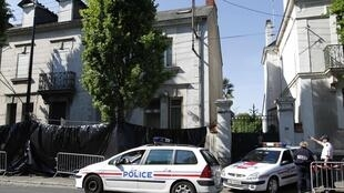French police stand guard outside a house in Nantes, western France, April 22, 2011, where police investigators discovered the remains of five members of the Dupont de Ligonnes family.