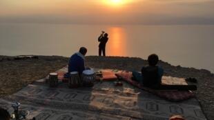 Lieu hautement symbolique des territoires palestiniens, la mer Morte a été le décor d'une des prestations du festival: un concert de musique méditative pour accompagner le lever du soleil.