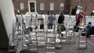 Fotógrafos e jornalistas já se preparam para chegada do bébé real em frente do hospital St. Mary de Londres.