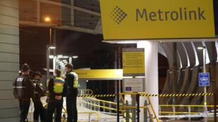 Policiais fecham acesso à estação ferroviária de Manchester, onde um homem esfaqueou três pessoas na noite do Ano Novo.