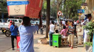 Dans une rue de Kigali.