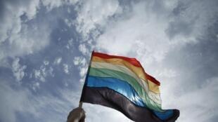 Le drapeau arc-en-ciel, emblème de la communauté LGBT.