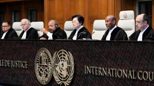 Les juges de la Cour internationale de justice avant le prononcé du verdict à La Haye, aux Pays-Bas, ce mercredi 17 juillet 2019.