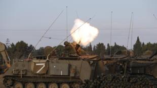 Soldados israelenses atiram um morteiro na Faixa de Gaza, nesta quinta-feira
