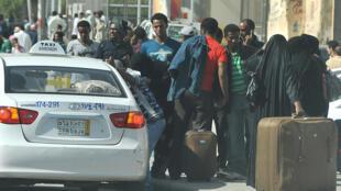 Le 10 novembre 2013, des travailleurs étrangers quittent le quartier de Manfuhah de Riyad, en Arabie Saoudite, la durée de validité de leur visa ayant expiré.