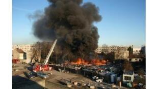 Пожар в лагере цыган в Рокбрюн-сюр-Аржан, после которого мэр Люк Жосс сделал неприемлемое заявление 12/11/2013 (архив)